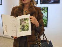 La Presidente FIROMMS mentre illustra il catalogo della Mostra. JPG